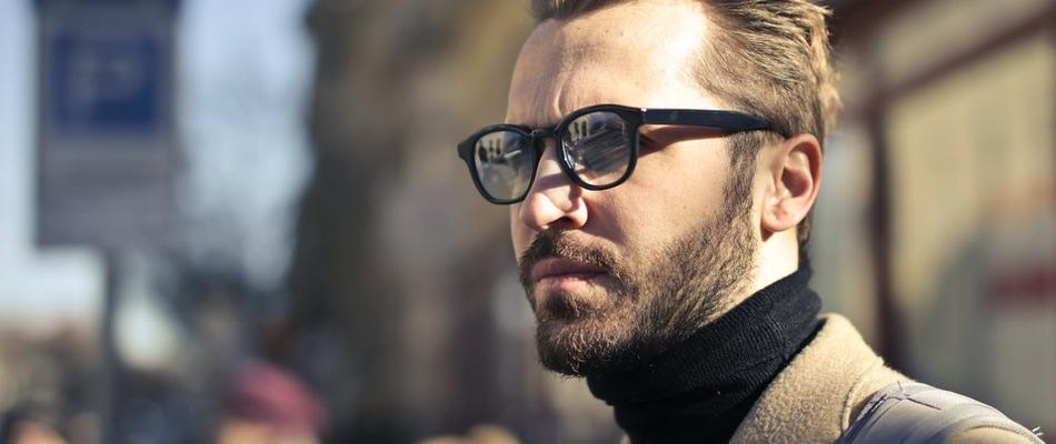 Das Bild zeigt einen Mann mit Brille