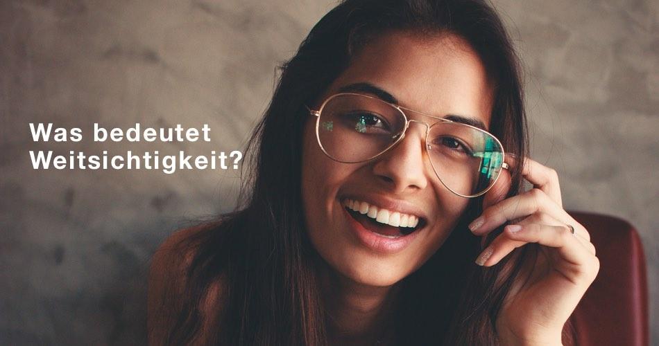 Das Bild zeigt eine Frau mit einer Brille und den Text Was bedeutet Weitsichtigkeit?
